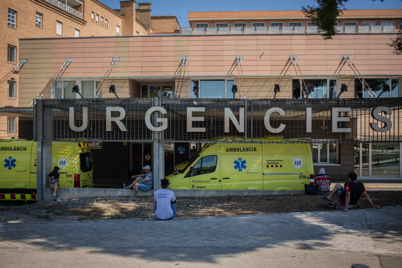 Dos ambulancias en el Hospital Universitario Arnau de Vilanova de Lleida.