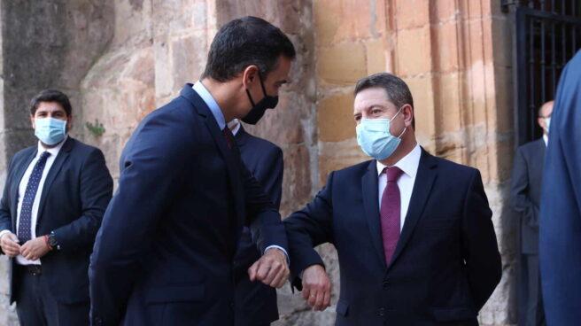 Sánchez y García-Page se saludan en la XXI Conferencia de Presidentes.