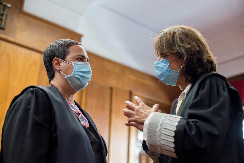 La fiscal general del Estado, Dolores Delgado, habla con la fiscal jefe de Orense, Eva Regueiro.