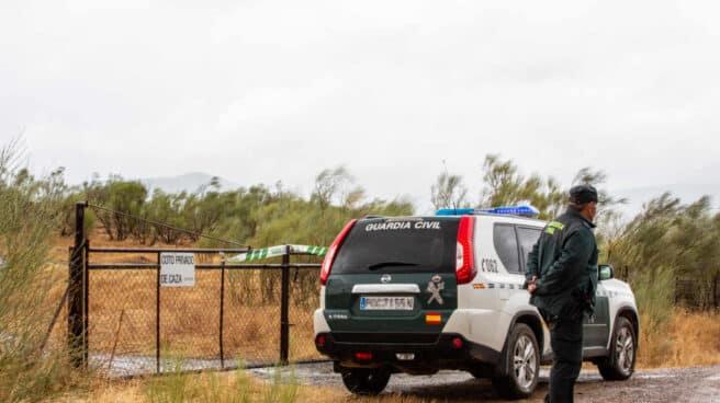 Un agente de la Guardia Civil, vigilando una finca en Monesterio (Badajoz).