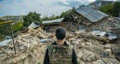 Un miliciano mira las ruinas de una casa destruida en medio de los combates entre Armenia y Azerbaiyán.