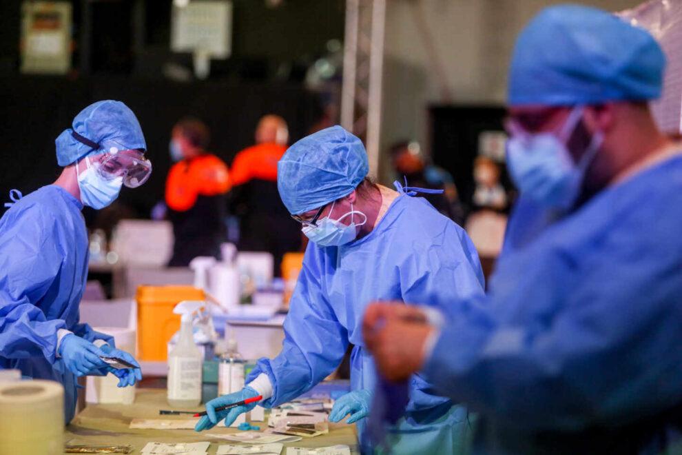 Trabajadores sanitarios colocan el material de test de antígenos en el municipio de Alcobendas.