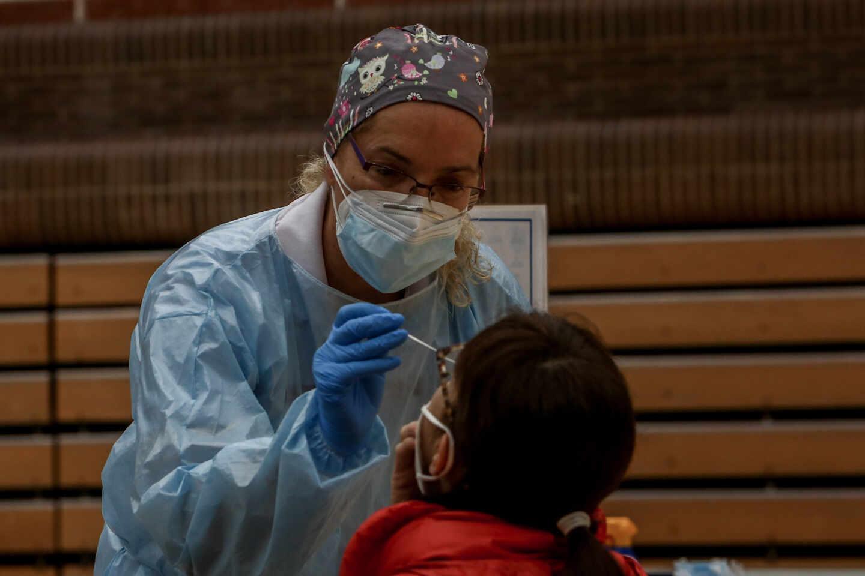 Una sanitaria realiza un test de antígenos, en Pozuelo de Alarcón, Madrid.