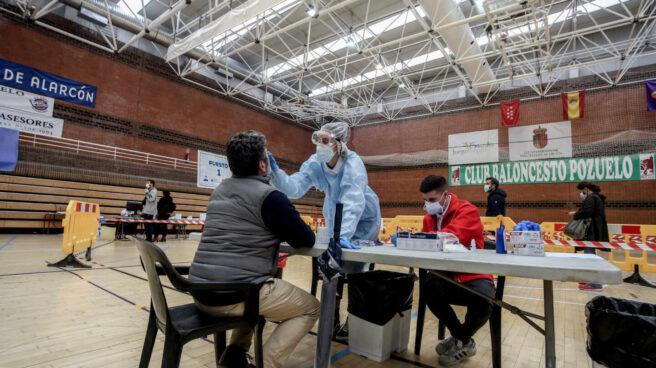 Una sanitaria realiza un test de antígenos en Pozuelo de Alarcón, Madrid.