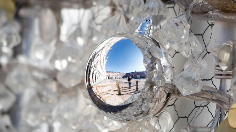 Reflejo de la plaza Mayor en un adorno del árbol de Navidad