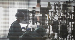 Las enfermeras denuncian que  faltan al menos 5.000 profesionales en las UCI Covid