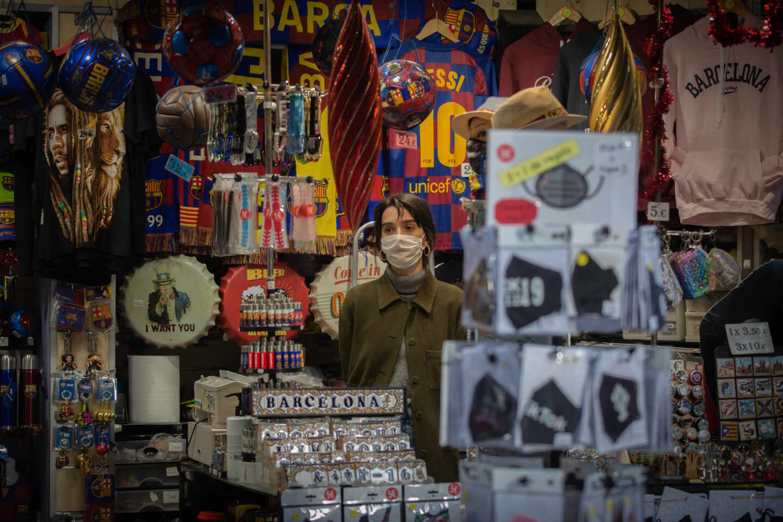 Una mujer en una tienda turística en Barcelona, Cataluña.