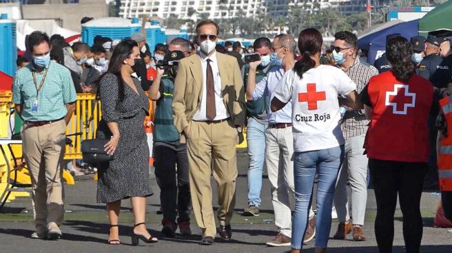 Una comitiva judicial se presenta en Arguineguín para investigar la situación de los migrantes