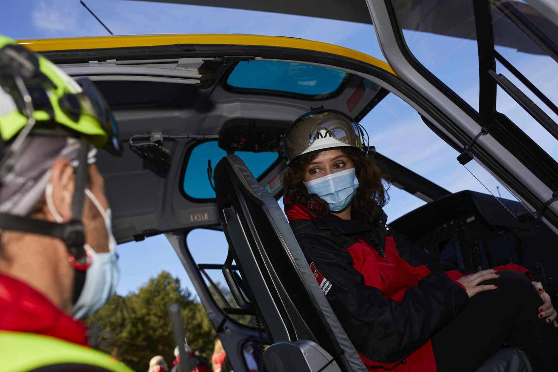 La presidenta de la Comunidad de Madrid, Isabel Díaz Ayuso, en un helicóptero de rescate en Cotos.