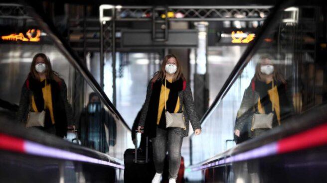 Una pasajera llega a Barajas.