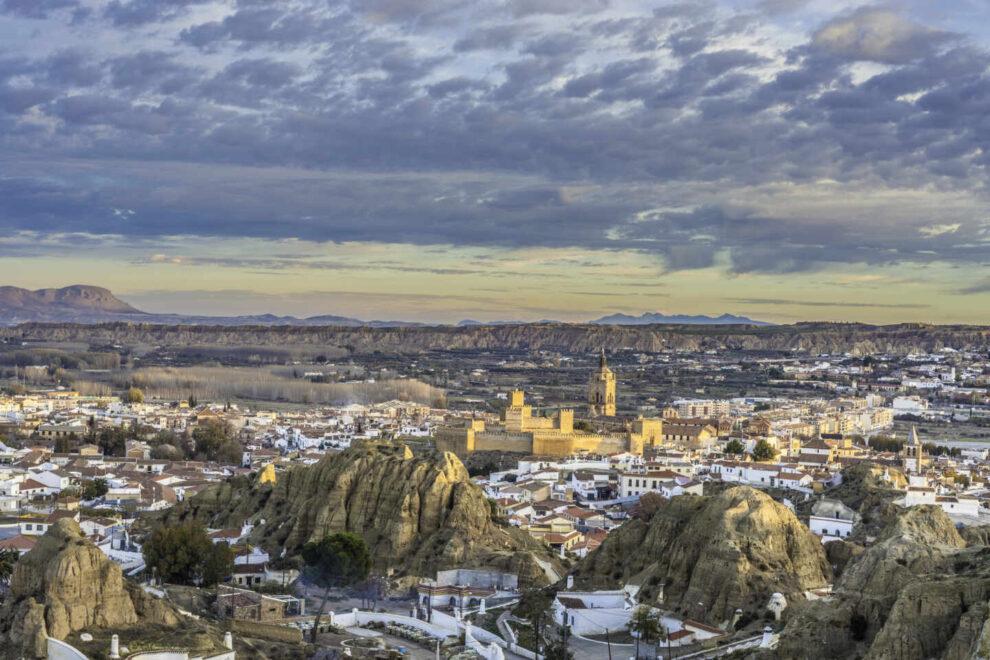 Paisaje y vistas de Guadix, Granada, con su Catedral, la Alcazaba y el barrio de cuevas.