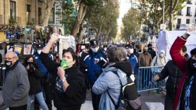 Un acceso cortado desata las protestas de los vendedores del Rastro