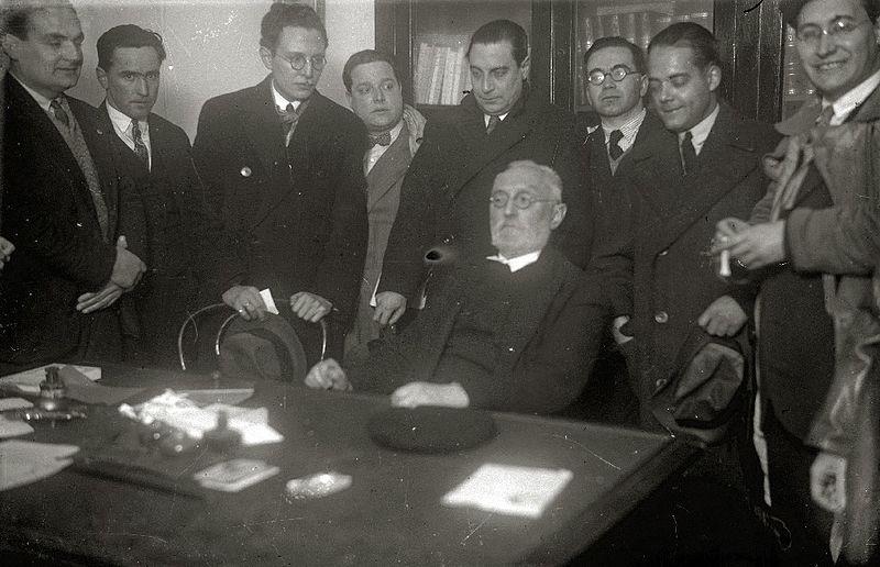 Miguel de Unamuno, sentado, en una imagen de 1930.
