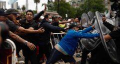 Aglomeraciones y choques con la policía en el velatorio de Maradona en Buenos Aires