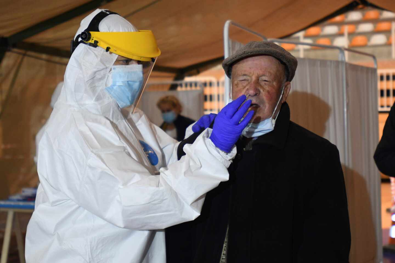 Un vecino se somete a un test de antígenos en San Andrés del Rabanedo (León).