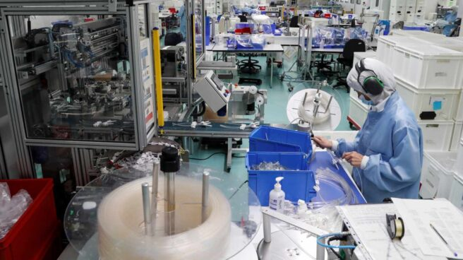 Una operaria trabaja en la planta de la empresa Bexen Medical en Hernani.