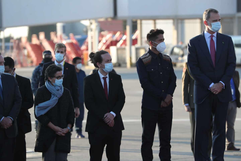 Pablo Iglesias, junto al Rey y la ministra de Asuntos Exteriores a su llegada a Bolivia.
