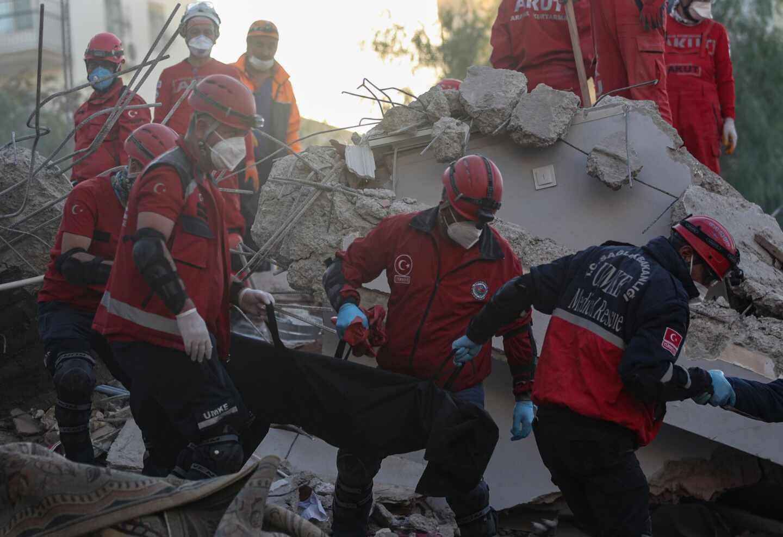 Rescate de una víctima del terremoto de Turquía.