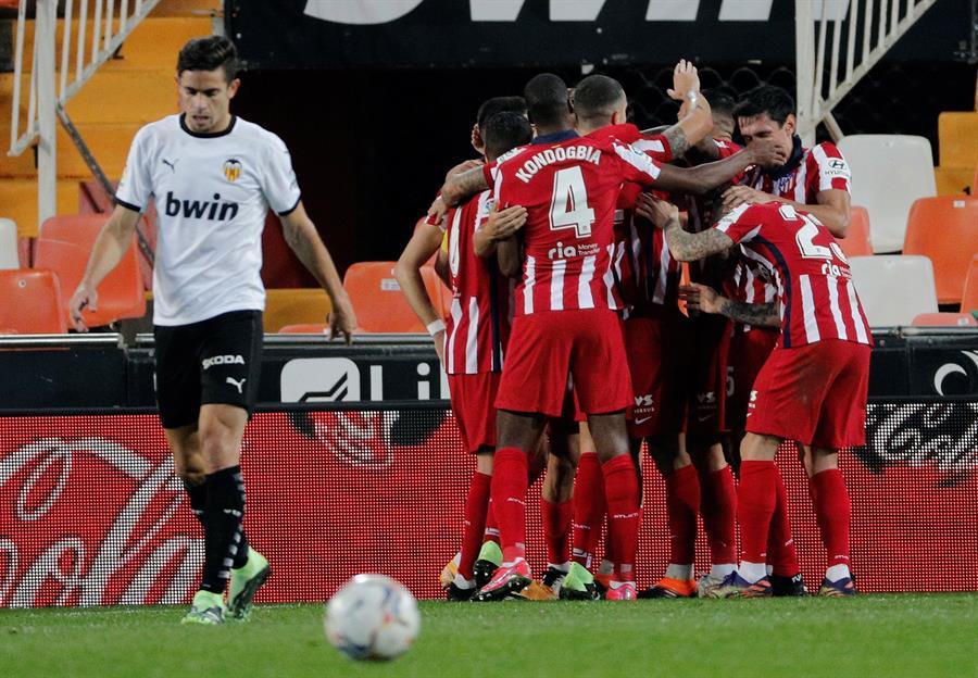 Los jugadores del Atlético de Madrid celebran el gol de la victoria frente al Valencia.