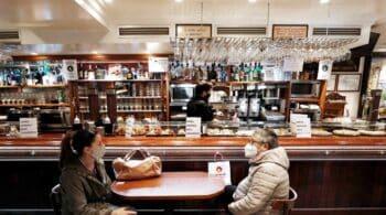Sanidad y las comunidades aprueban la recomendación de cerrar el interior de los bares en zonas con una incidencia superior a 150