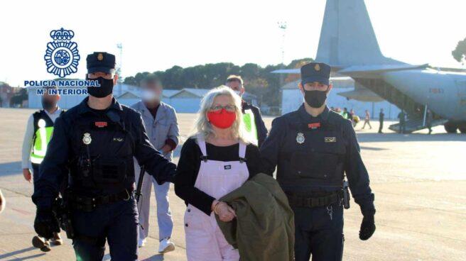 La Policía acompaña a la etarra Natividad Jáuregui.