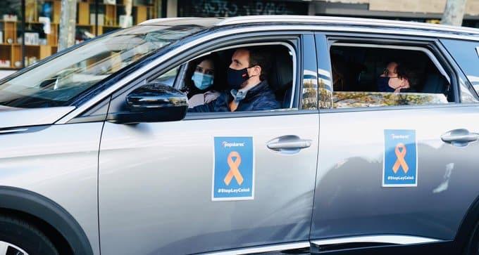 Casado, Díaz Ayuso y Martínez Almeida, en el coche durante la manifestación contra la Ley Celaá.