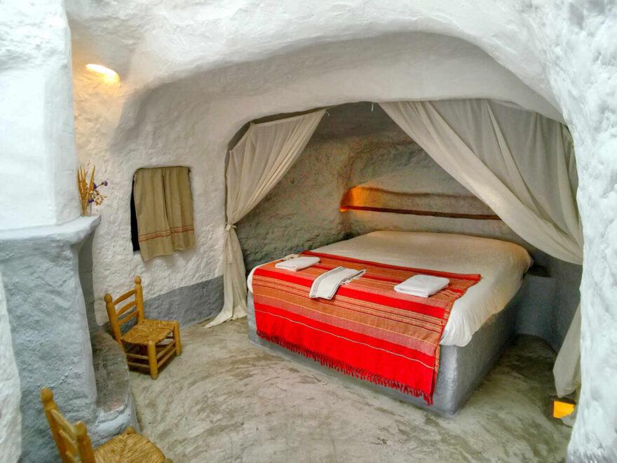 Habitación de un hotel en una cueva del Geoparque de Granada.