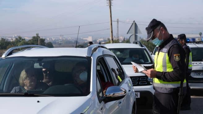 Agentes de la Policía Nacional, en un control de movilidad a la entrada de la localidad balear de Manacor.