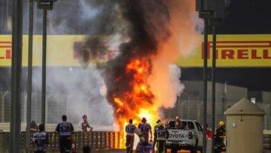 El coche del piloto de F1 Grosjean, en llamas y partido en dos tras estrellarse en el GP de Bahréin