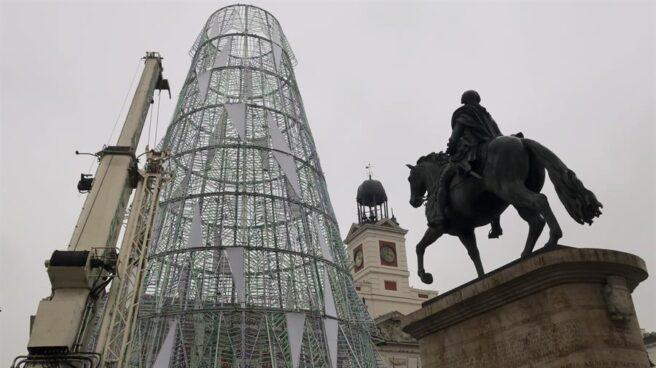 Trabajos de instalación de la decoración navideña en la Puerta del Sol.