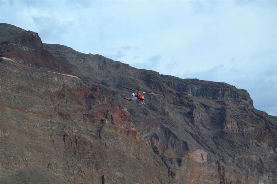 Un helicóptero sobrevuela la zona del desprendimiento en La Gomera.