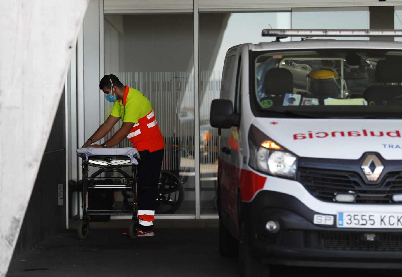 Un conductor de ambulancia prepara una camilla en el Hospital Universitario Central de Asturias (HUCA).