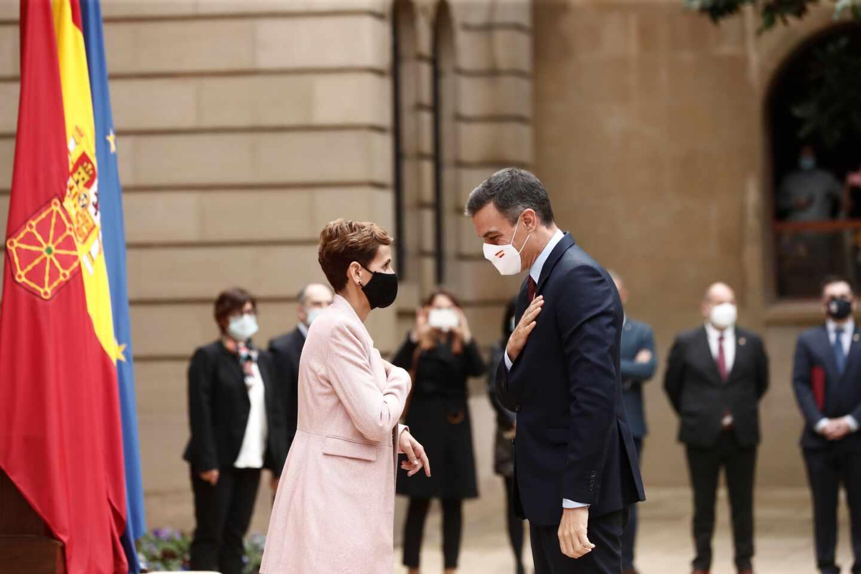 Pedro Sánchez saluda a la presidenta de Navarra, María Chivite, en Pamplona.