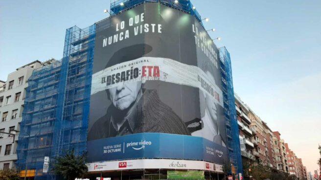 Cartel promocional de la serie 'El Desafío' en el centro de Bilbao.