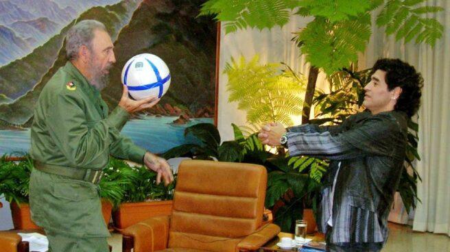 Diego Armando Maradona, junto a Fidel Castro durante uno de sus viajes a Cuba, en el año 2005.