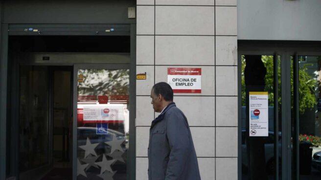 Un hombre accede a una oficina de empleo de la Comunidad de Madrid.
