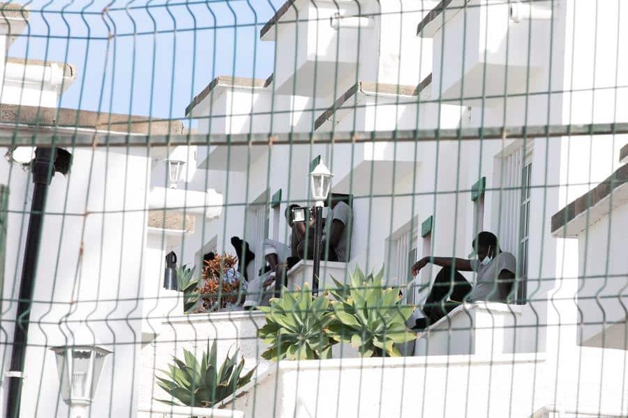 Grupos de inmigrantes en el complejo Vista Oasis, de Maspalomas.