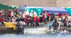 Salvamento Marítimo traslada al puerto de Arguineguín a inmigrantes recién rescatados, en las Islas Canarias.