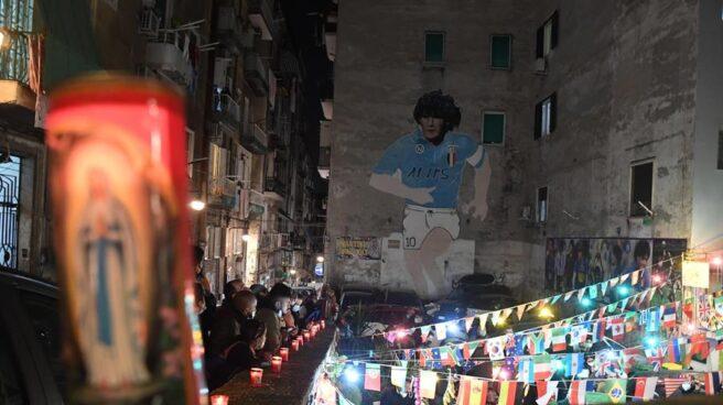 Ciudadanos de Nápoles se concentran frente a un mural de homenaje a Diego Armando Maradona, tras su muerte a los 60 años.
