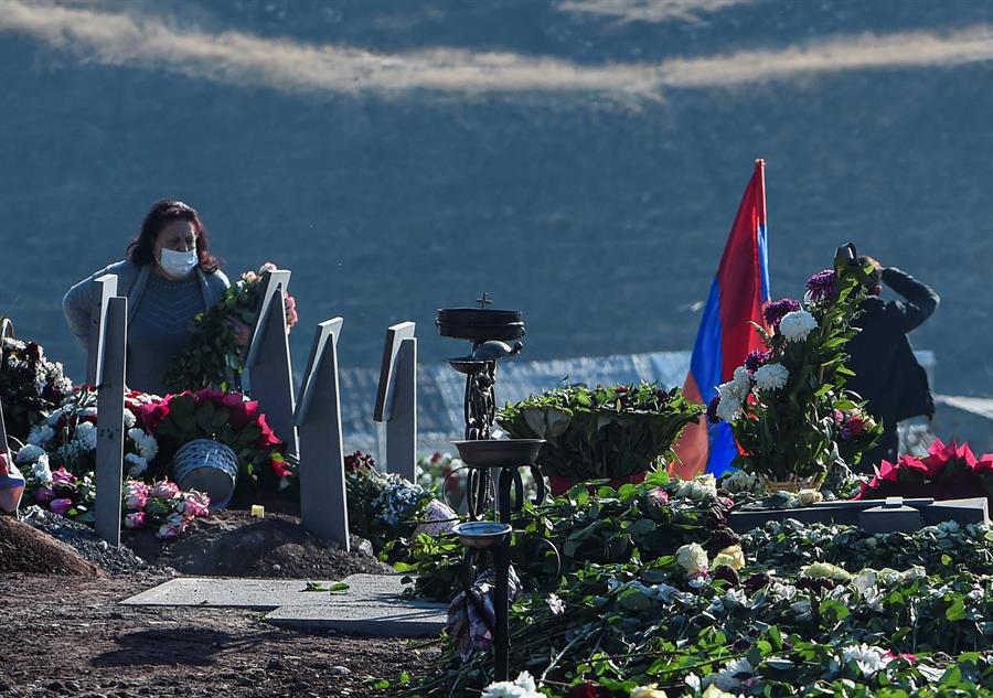 Una mujer visita a un familiar muerto en la guerra de Nagorno Karabaj, en Yereván (Armenia).
