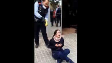 Los Mossos reducen a una joven con una pistola Taser en Sabadell