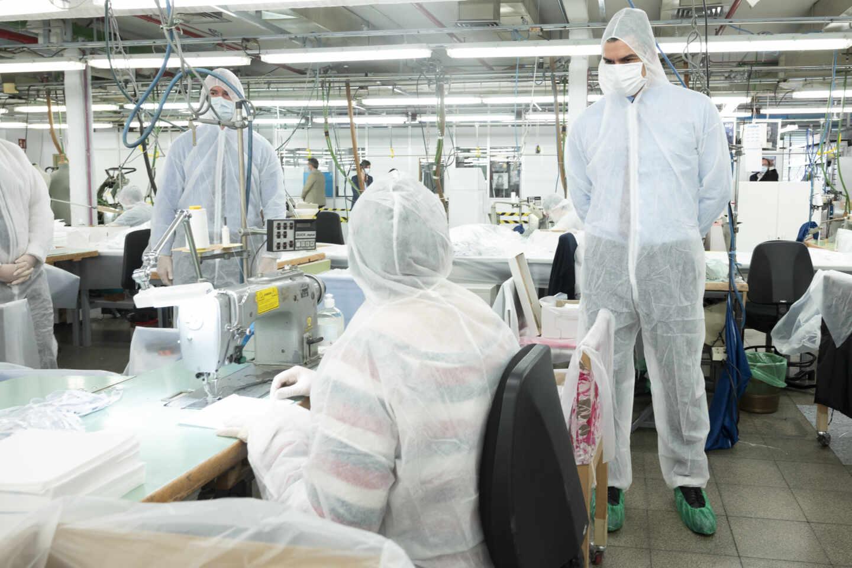 El presidente del Gobierno, Pedro Sánchez, visitando en abril un taller de confección de mascarillas.