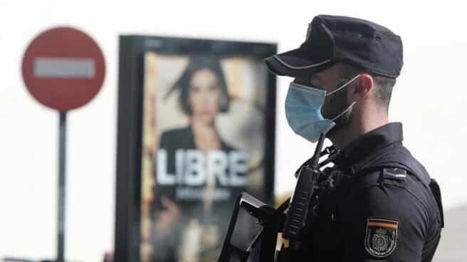 Un agente de la Policía Nacional, protegido con mascarilla, durante un servicio.