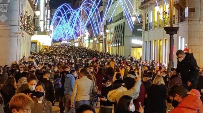 Calle Preciados de Madrid en la primera tarde de alumbrado navideño.