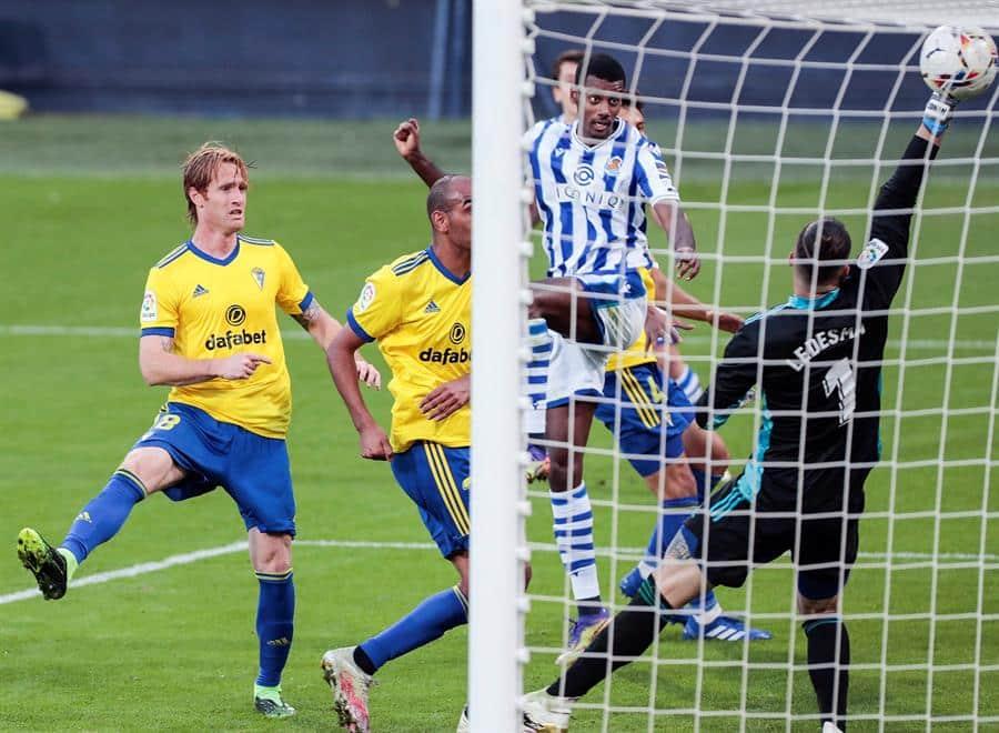 La Real Sociedad anota el gol de la victoria frente al Cádiz para seguir líder en La Liga.