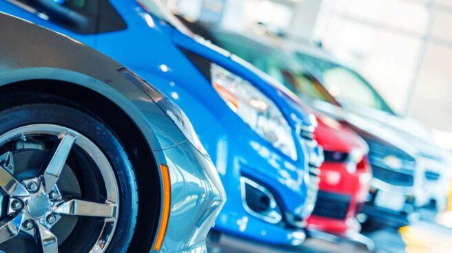 Coches azules en fila con un coche rojo: ¿afecta el color al seguro de mi coche?