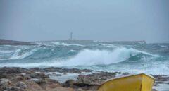 Varias olas rompen en la orilla de la costa de Biniancolla, en Menorca.