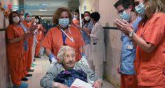 Elena, de 104 años de edad, recibe el alta tras sobrevivir al coronavirus.