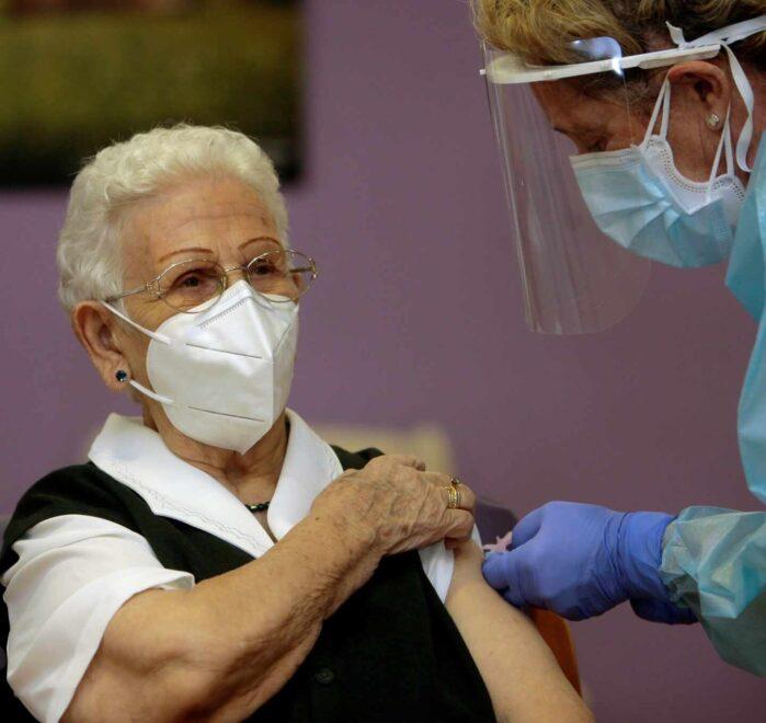 Araceli, la primera mujer vacunada de coronavirus.