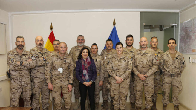 Margarita Robles, con las tropas españolas desplegadas en Kabul (Afganistán) en una visita en diciembre de 2018.